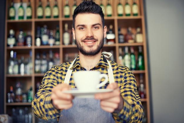 Barista vendant le meilleur café de la ville