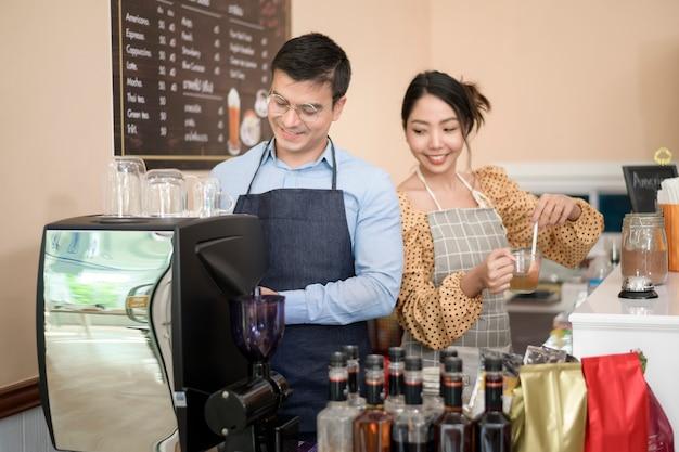 Baristas faisant et préparant une tasse de café dans un café