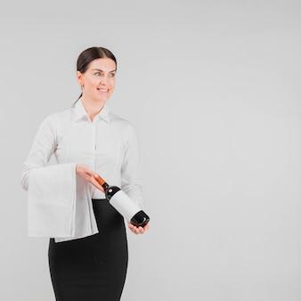Barkeeper tenant une bouteille de vin