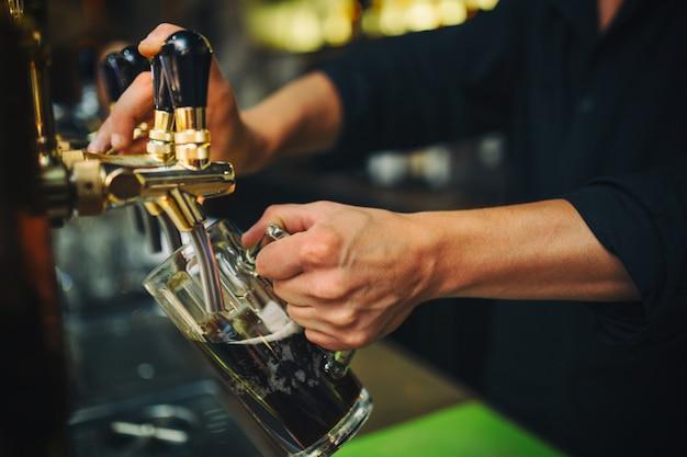 Barman au travail dans le pub