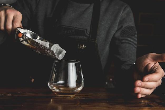 Barman avec un cocktail