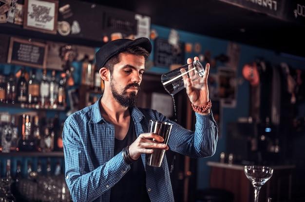 Barman concocte un cocktail au portier