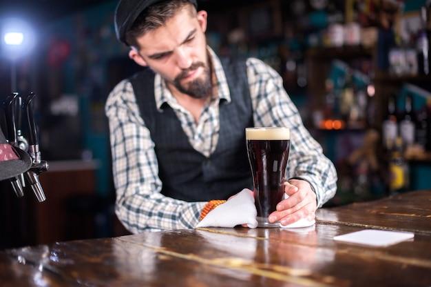 Le barman concocte un cocktail sur le beerhall