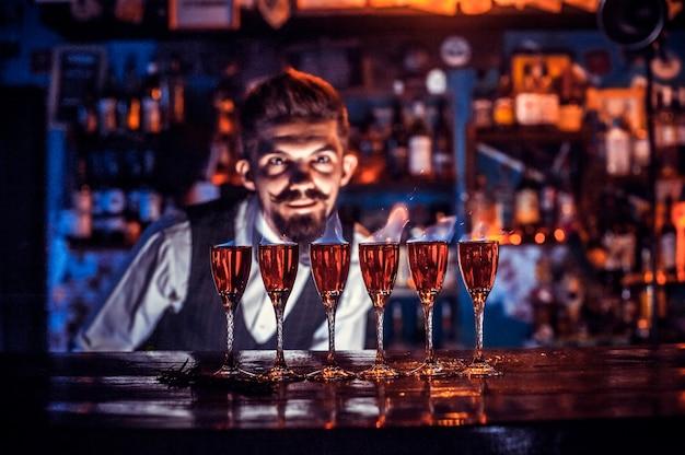 Barman crée un cocktail dans la brasserie