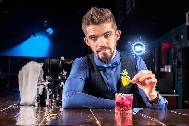 Barman crée un cocktail dans le portier
