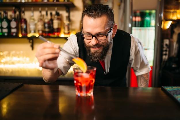 Barman faisant un cocktail d'alcool au restaurant