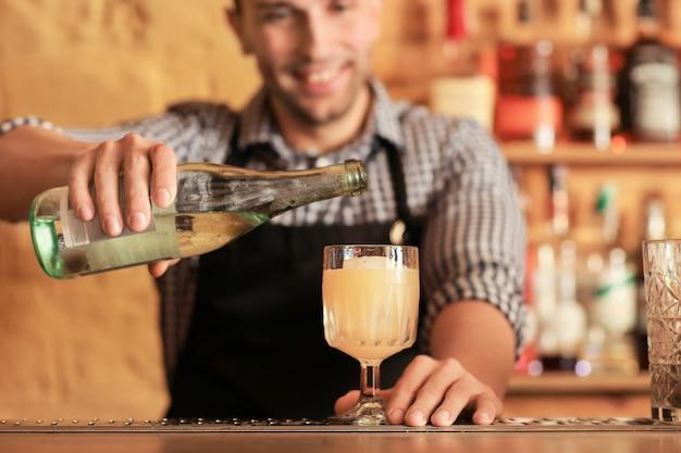 Barman faisant un cocktail au pub