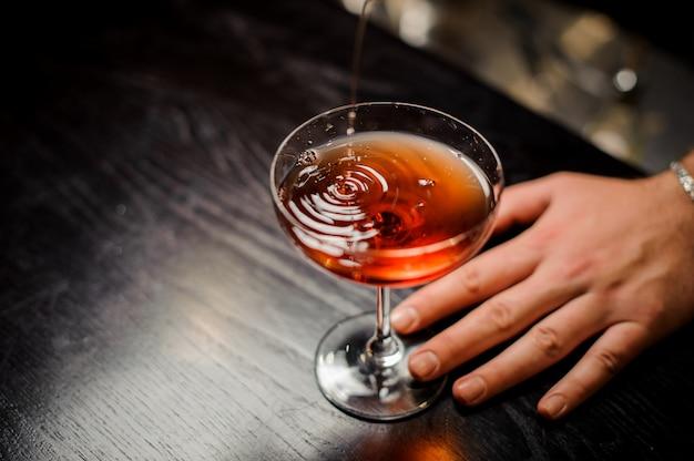 Barman faisant un cocktail relaxant au bar