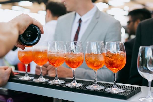 Barman faisant des cocktails lors d'une fête