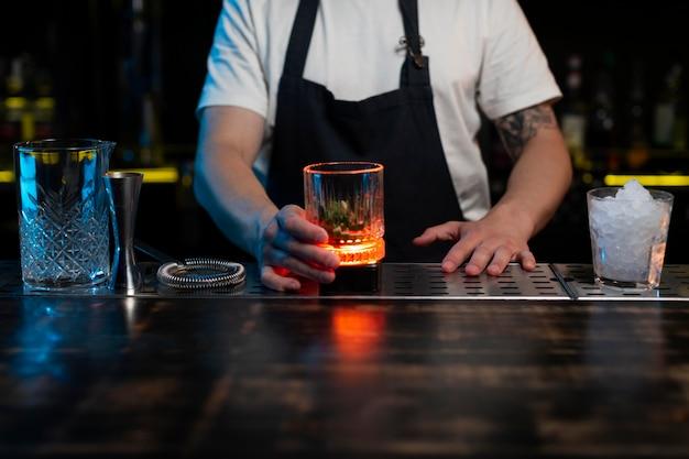 Barman faisant un délicieux cocktail