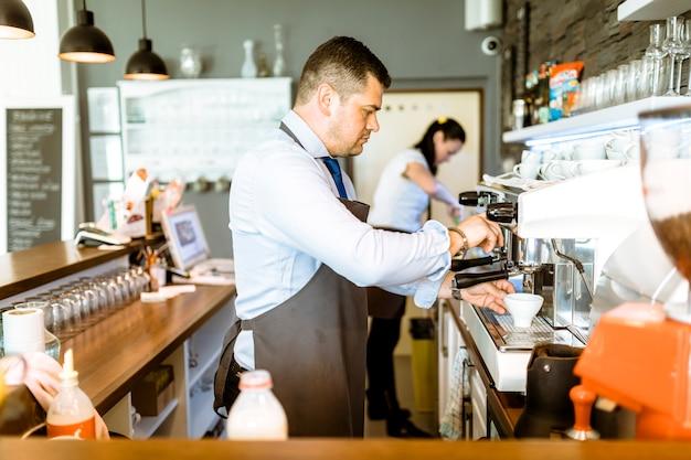 Barman faisant du café