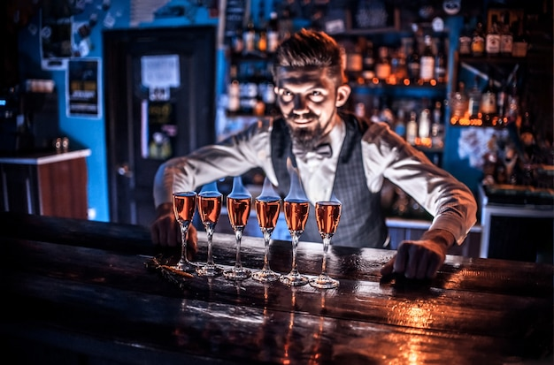 Barman fait un cocktail au pub