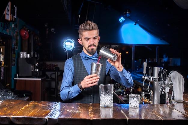 Barman fait un cocktail à la brasserie