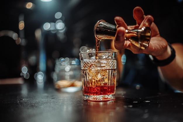 Le barman fait un cocktail