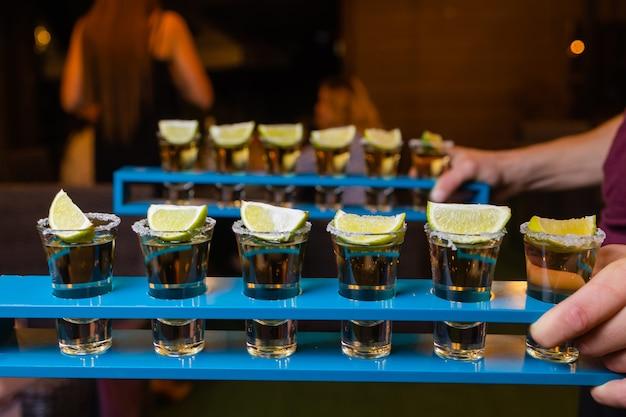Barman fait des shots alcoolisés avec du rhum et de l'alcool.