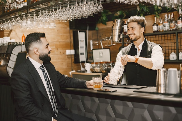 Barman et homme d'affaires dans un bar