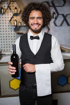 Barman, portion, bouteille vin, dans, barre, compteur