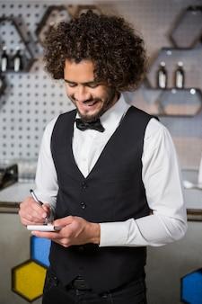 Barman prenant une commande