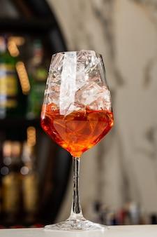 Barman préparant sur le comptoir aperol spritz un apéritif italien rafraîchissant classique fait mélange