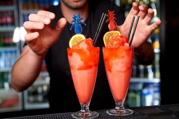 Le barman prépare des cocktails froids dans la discothèque.