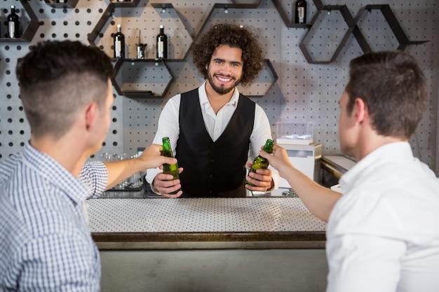 Barman servant un verre de bière aux clients