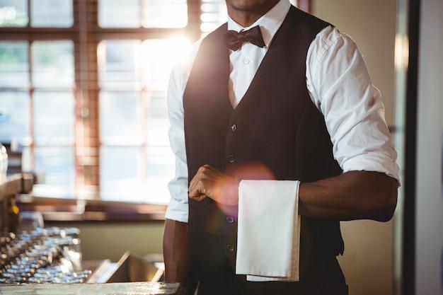 Barman avec une serviette drapée sur sa main