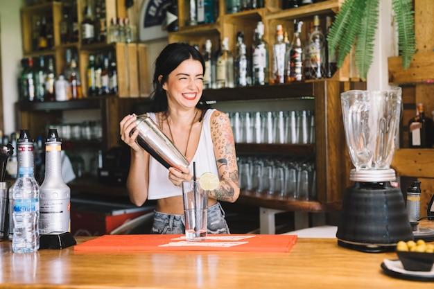 Barman en train de faire du cocktail
