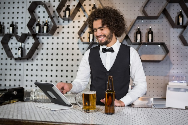 Barman, utilisation, tablette numérique, à, barre, compteur