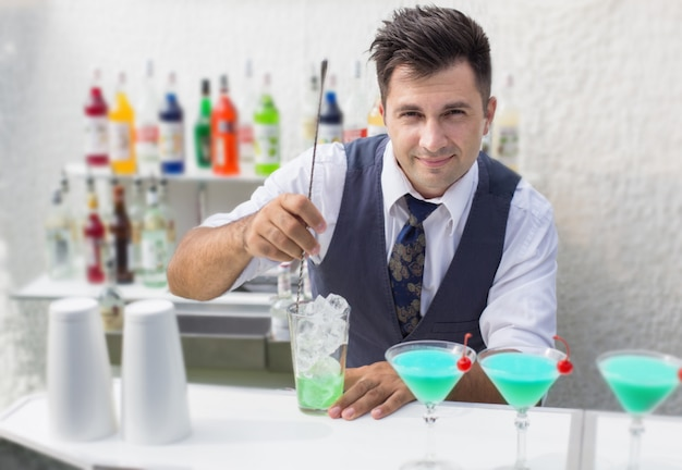 Barman versant un cocktail