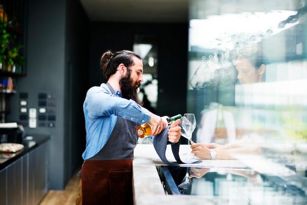 Barman versant un vin au verre