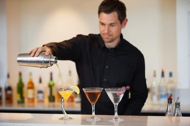 Barman, verser, cocktails