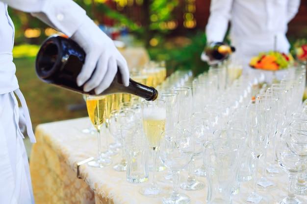 Barman, verser du champagne dans des verres