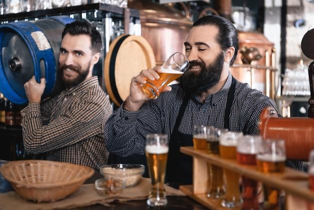 Les barmans ont bière artisanale lager oktoberfest pub.