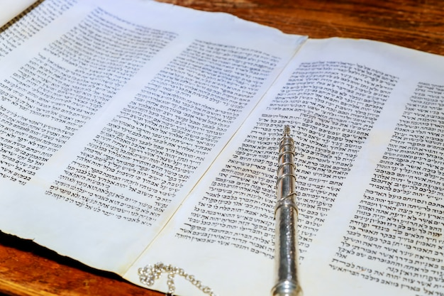 Barmitzvah en lisant des rouleaux de la torah dans le bar des fêtes bar mitzvah torah en train de lire