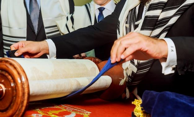 Barmitzvah lisant des rouleaux de la torah dans la ville sainte de jérusalem en vacances