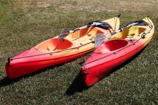 Barques vides dans l'herbe