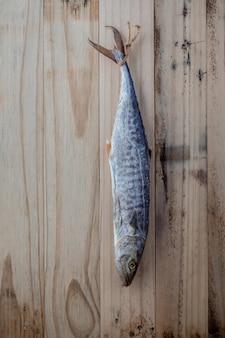 Barracuda salé suspendu sur un fond en bois ancien.