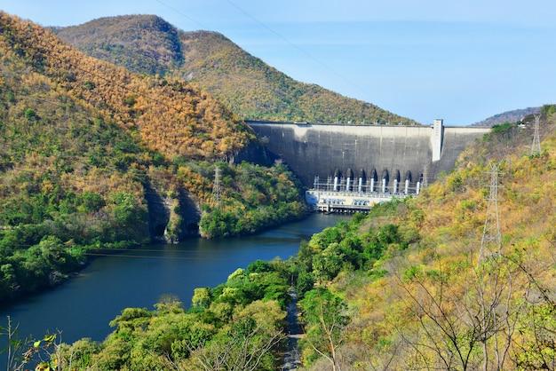 Le barrage de la centrale électrique en thaïlande.