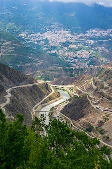 Le barrage deriner est un barrage-voûte en béton à double courbe sur la rivière coruh dans la province d'artvin, en turquie.