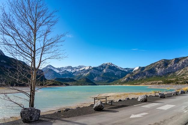Barrage du lac barrier au bord du lac en automne