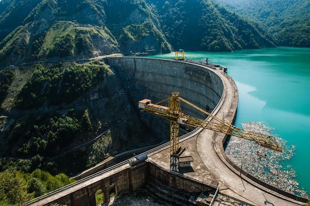 Le barrage enguri - un barrage hydroélectrique sur la rivière enguri en géorgie