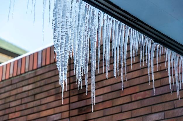 Barrage de glace. accumulation de glace sur les avant-toits en pente.