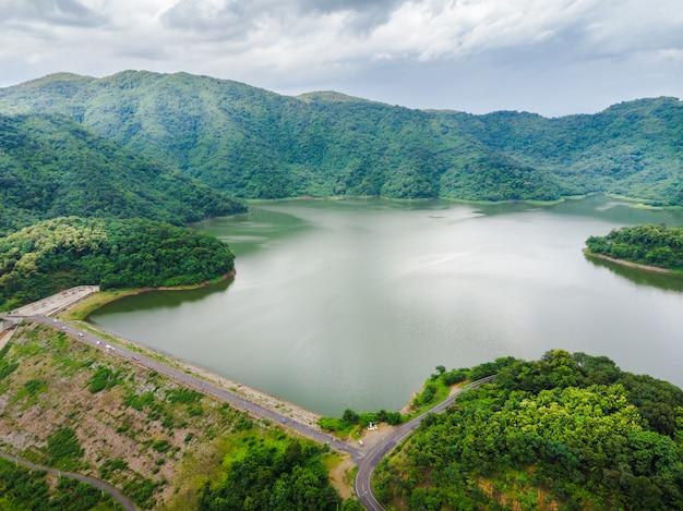 Barrage grand réservoir dans la forêt