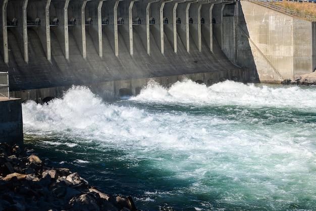 Barrage de jackson dam dans le parc national de grand teton