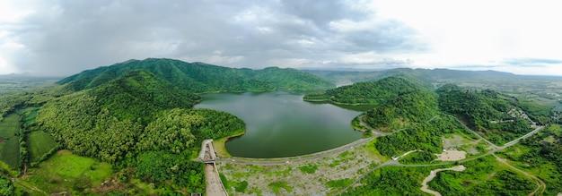 Barrage panoramique vue aérienne avec route et rivière dans la montagne