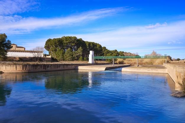 Barrage de la presa dans le parc de la rivière turia à valence, en espagne