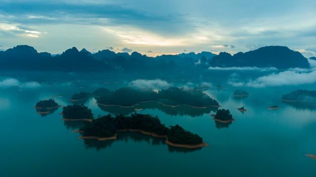 Barrage de rajjaprabha au mont sunligh lake (barrage de chiao lan), province de surat thani, thaïlande