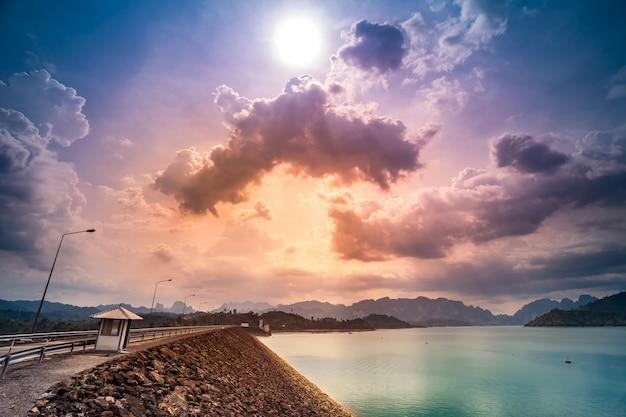 Barrage de ratchaprapa ou réservoir de chiao lan suratthani thaïlande coucher de soleil coloré ciel nuageux dans le