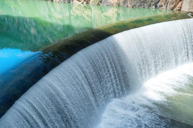 Barrage sur la rivière segre avec de l'eau bleue dans les montagnes. cascade avec cascade en espagne