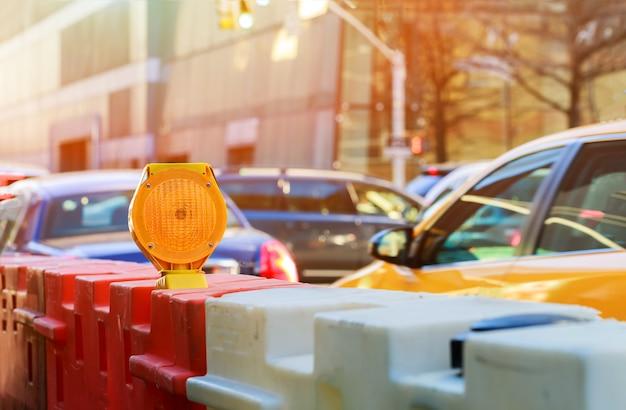 Barrage routier ou serrure de chantier avec signal sur une route. barricade de rue rouge et blanche.